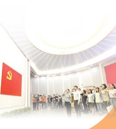 党员在中共一大纪念馆里重温入党誓词。