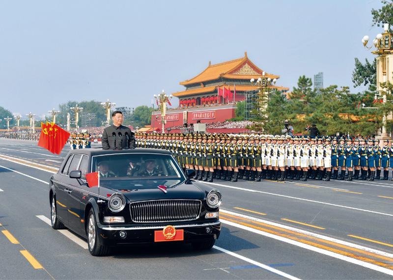 2019年10月1日,庆祝中华人民共和国成立70周年大会在北京天安门广场隆重举行。这是中共中央总书记、国家主席、中央军委主席习近平检阅受阅部队。 新华社记者 李涛/摄