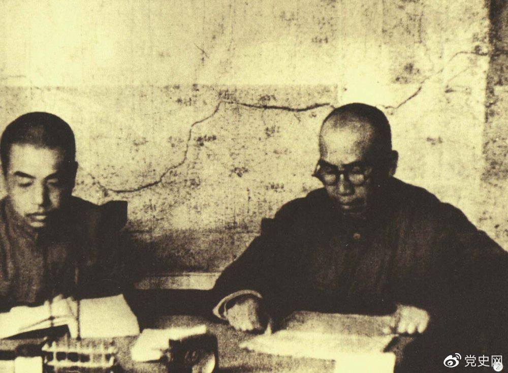 1945年8月,彭德怀任中央军委副主席兼总参谋长,协助毛泽东、朱德指挥对日军的大反攻。图为朱德和彭德怀在延安。