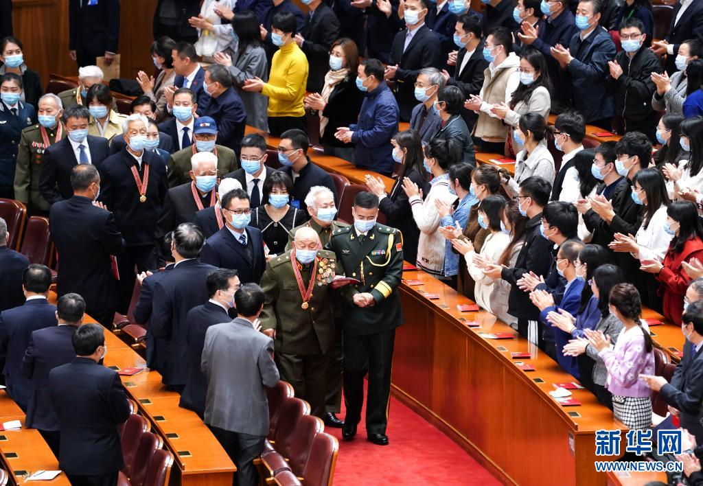 2020年10月23日上午,纪念中国人民志愿军抗美援朝出国作战70周年大会在北京人民大会堂隆重举行。这是大会前,志愿军老战士、老同志入场。新华社记者 燕雁 摄