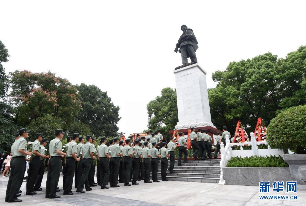 在位于重庆市铜梁区的邱少云烈士纪念馆,武警官兵向邱少云烈士纪念碑献花(2017年9月30日摄)。新华社记者 唐奕 摄