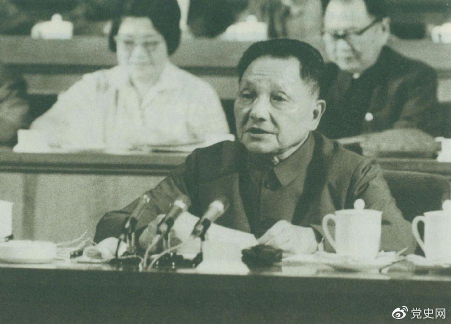 """1977年8月18日,邓小平在中国共产党第十一次全国代表大会的闭幕会上提出:""""一定要恢复和发扬毛主席为我们党树立的实事求是的优良传统和作风。"""""""