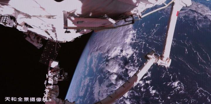 8月20日在北京航天飞行控制中心大屏拍摄的神舟十二号乘组航天员聂海胜、刘伯明同时在舱外操作场景。新华社记者 田定宇 摄
