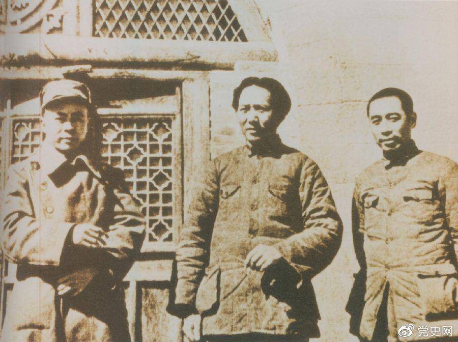 洛川会议上组成了新的中共中央革命军事委员会,毛泽东为书记(亦称主席)。这是毛泽东、周恩来和任弼时的合影。