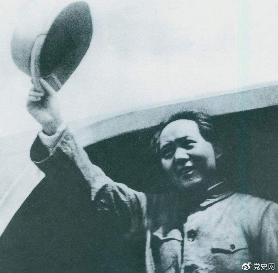 1945年8月28日,毛澤東飛赴重慶時,向前來歡送的延安軍民揮手告別。