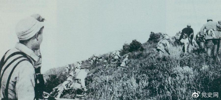 重庆谈判期间,为了反击国民党军队的进攻,刘伯承、邓小平于1945年9月发起上党战役。图为晋冀鲁豫军区部队正向老爷岭冲锋。