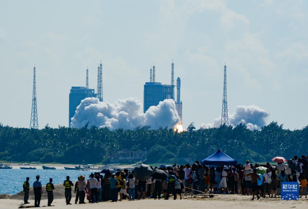 9月20日,搭载天舟三号货运飞船的长征七号遥四运载火箭,在我国文昌航天发射场点火升空。新华社记者 周佳谊 摄
