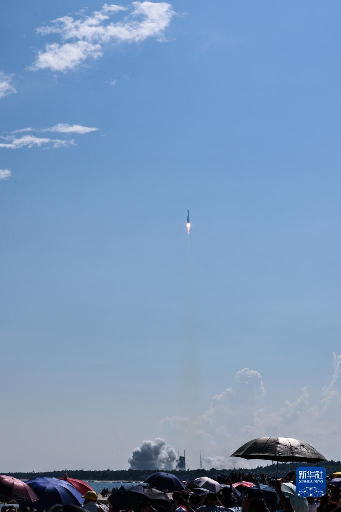 9月20日,搭载天舟三号货运飞船的长征七号遥四运载火箭,在我国文昌航天发射场点火升空。新华社记者 张丽芸 摄