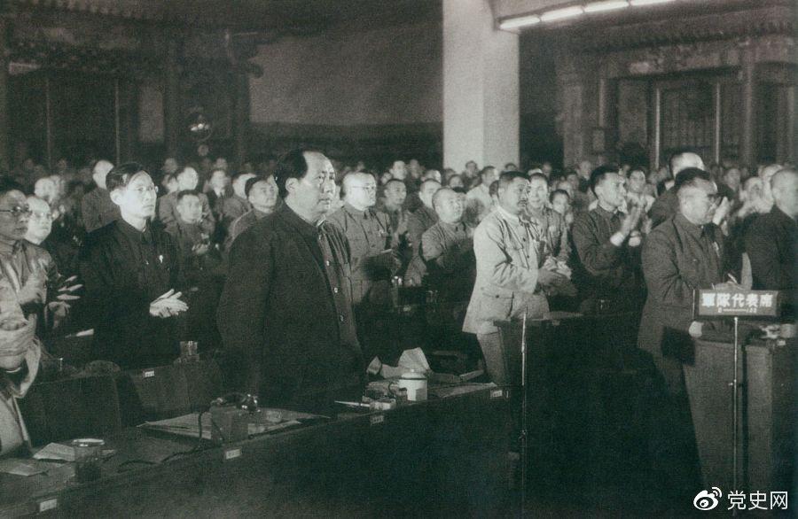 1949年9月30日,毛泽东当选中华人民共和国中央人民政府主席,全场起立,鼓掌祝贺。