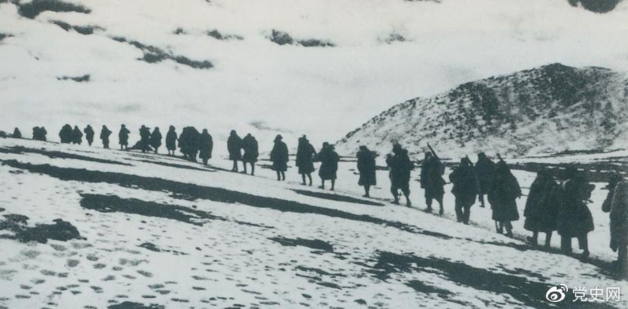 1950年3月,人民解放军开始向西藏进军,10月6日至24日进行了昌都战役,攻占昌都,打开了进军西藏的大门,为和平解放西藏奠定了基础。图为迂回昌都南路的人民解放军行进在海拔5000米的怒山山脉雪岭上。