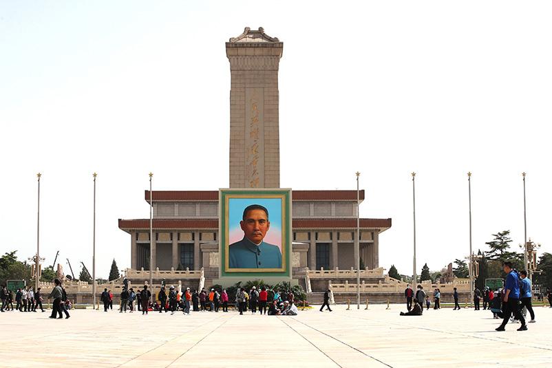 2021年4月27日,孙中山巨幅画像亮相天安门广场,众多游客纷纷在孙中山画像前驻足拍照留影。