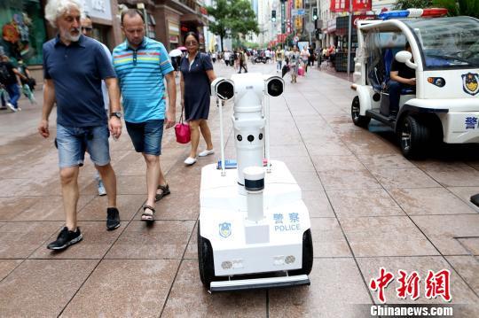 "5G机器人警察""瓦力""亮相上海大眼萌引游客围观"